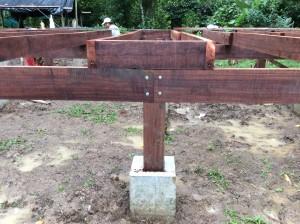 la fondazione e il pilastrino in legno